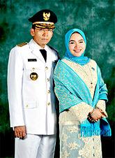 Dr. Zainul Majdi bersama Istri